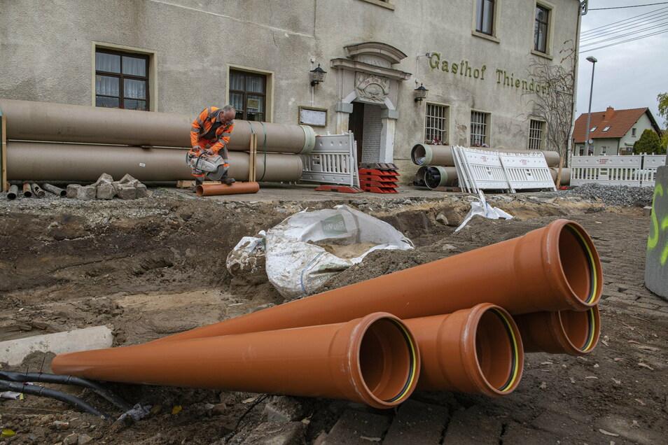 Seit einem Monat wird in Thiendorf ein neuer Regenwasserkanal verlegt. Ab Donnerstag muss dafür nun die B 98 im Ort voll gesperrt werden.