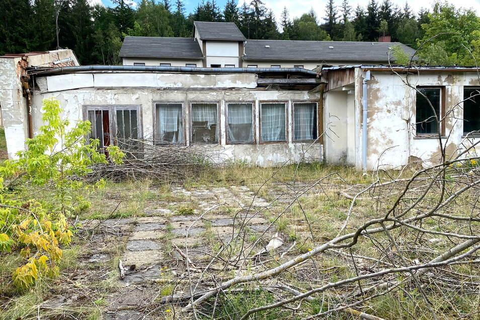 Eine der verfallenen Baracken, die nur noch eine Ruine ist.