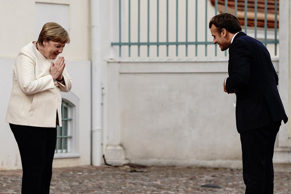 Mit gebührendem Abstand: Angela Merkel (CDU) begrüßt Emmanuel Macron vor Schloss Meseberg, dem Gästehaus der Bundesregierung.