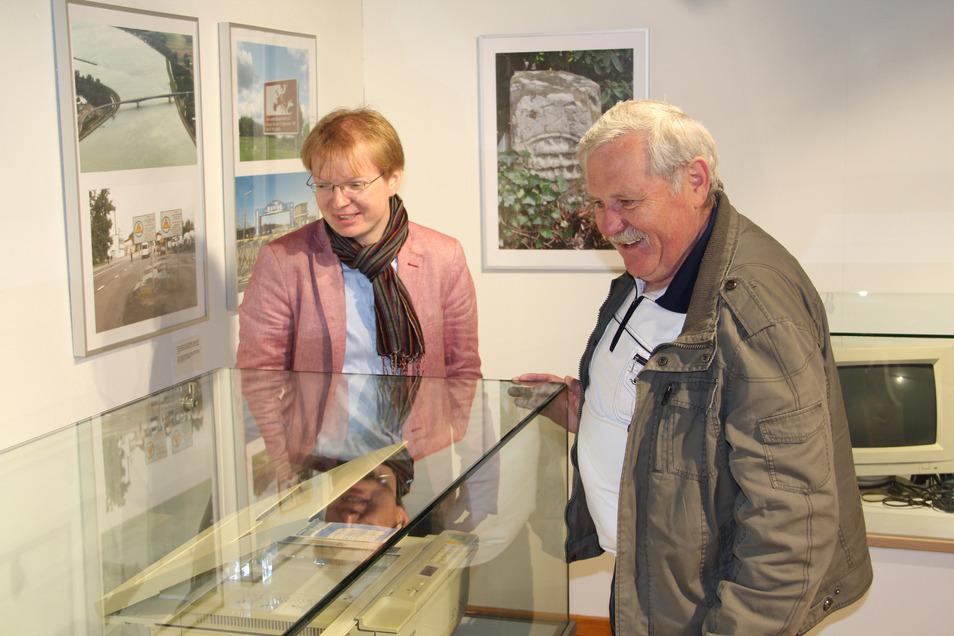 Andreas Morgenstern (li.) vom Museum Schiltach und Frank Gössel, früherer Bürgermeister von Geising, 2015 bei einer Ausstellungseröffnung in Schiltach.