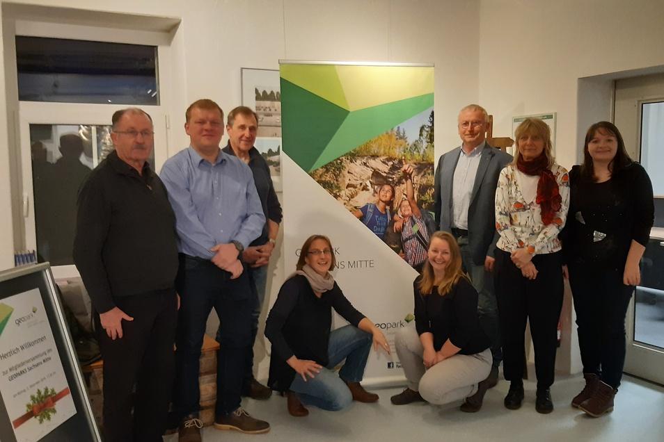 Rabenaus Bürgermeister Thomas Paul (2. v. l.) bildet mit Andreas Beger (3. v. re.) die neue Doppelspitze des Vereins Geopark Sachsens Mitte. Der neue Vorstand besteht nun insgesamt aus acht Mitgliedern.