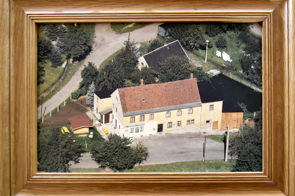 Auf einem historischen Foto aus DDR-Zeiten ist das Anwesen an der Rennersdorfer Hauptstraße mit dunkel gedecktem, ehemaligen Armenhaus und Scheune am Haupthaus zu sehen.