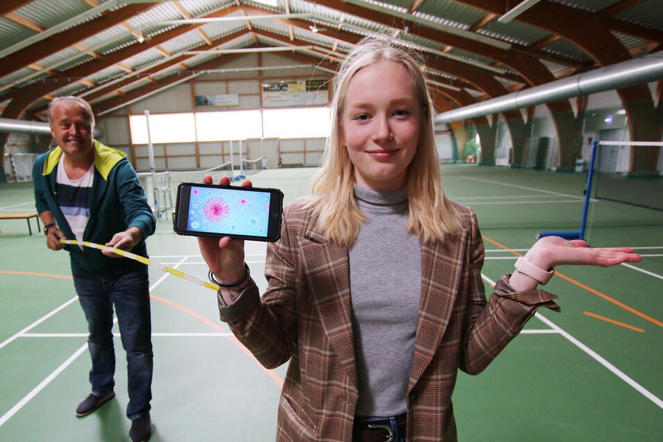 Gymnasiastin Lilli-Marie Schirmer und Torsten Hartwig, Geschäftsführer des WelWel, halten im Moment zwar Abstand, planen aber gemeinsam den Ball der Abiturienten des Döbelner Gymnasiums.