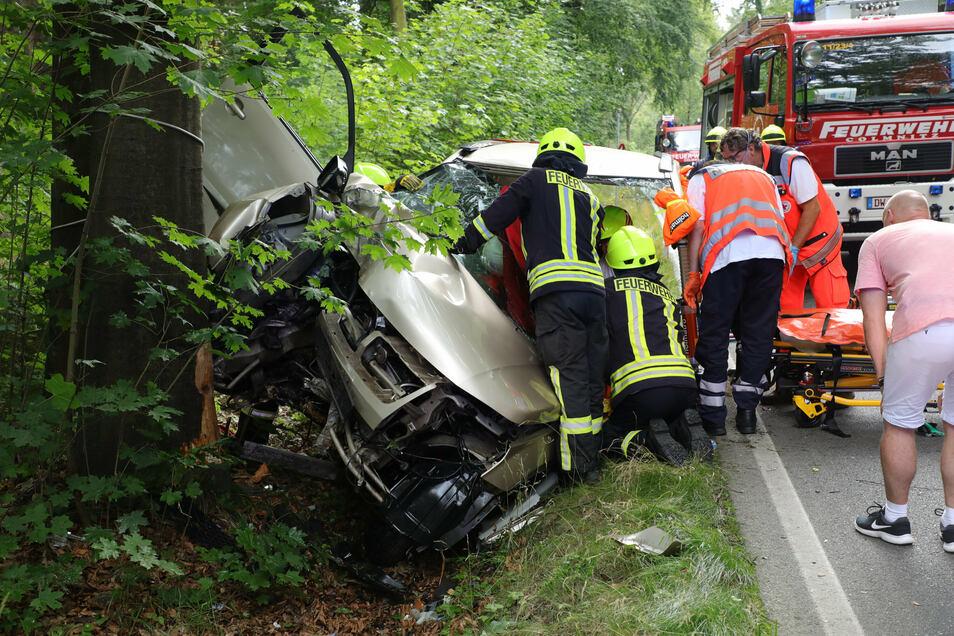 Die Rettungskräfte befreien den eingeklemmten Unfallfahrer aus seinem Fahrzeug.