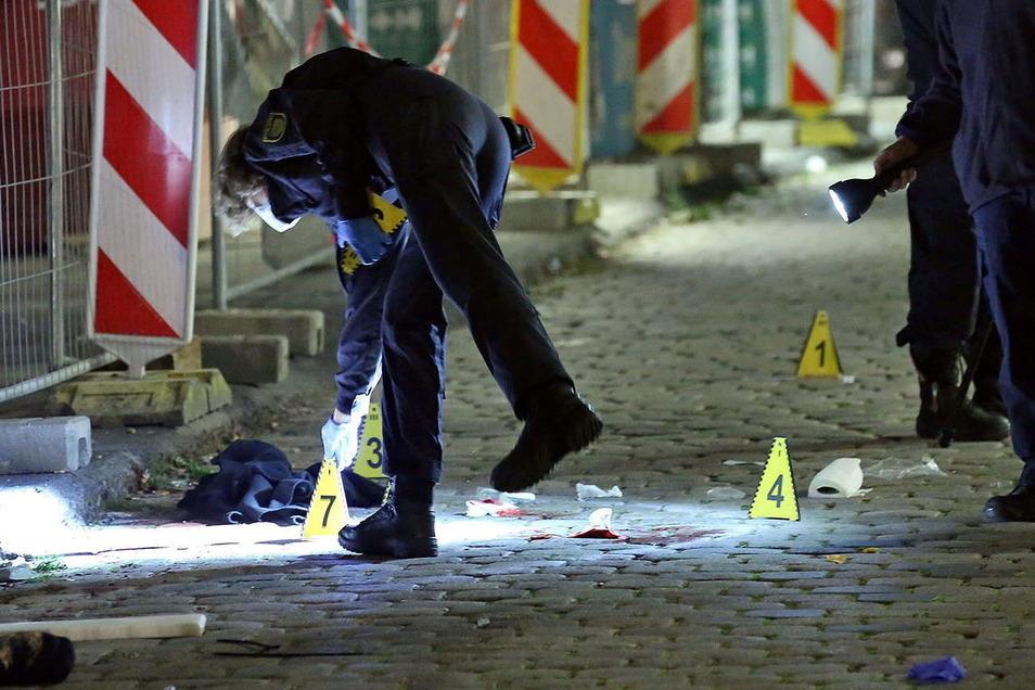 Kriminaltechniker sichern in Dresden Spuren am Tatort.
