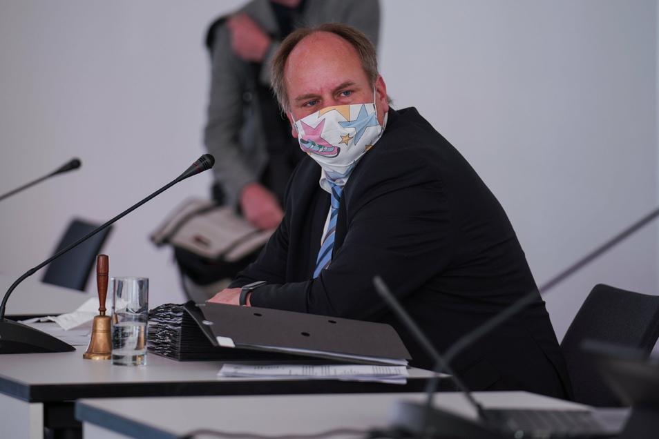 Oberbürgermeister Dirk Hilbert (FDP) steht eine heiße Debatte im Stadtrat bevor.