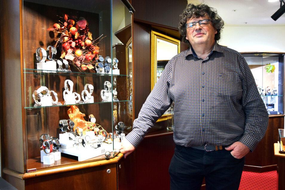 """Marco Scholze in seinem """"Altstadt Juwelier"""" in der Hoyerswerdaer Friedrichsstraße. Hier gibt es Edles: Uhren, Schmuck und Meißener Porzellan."""