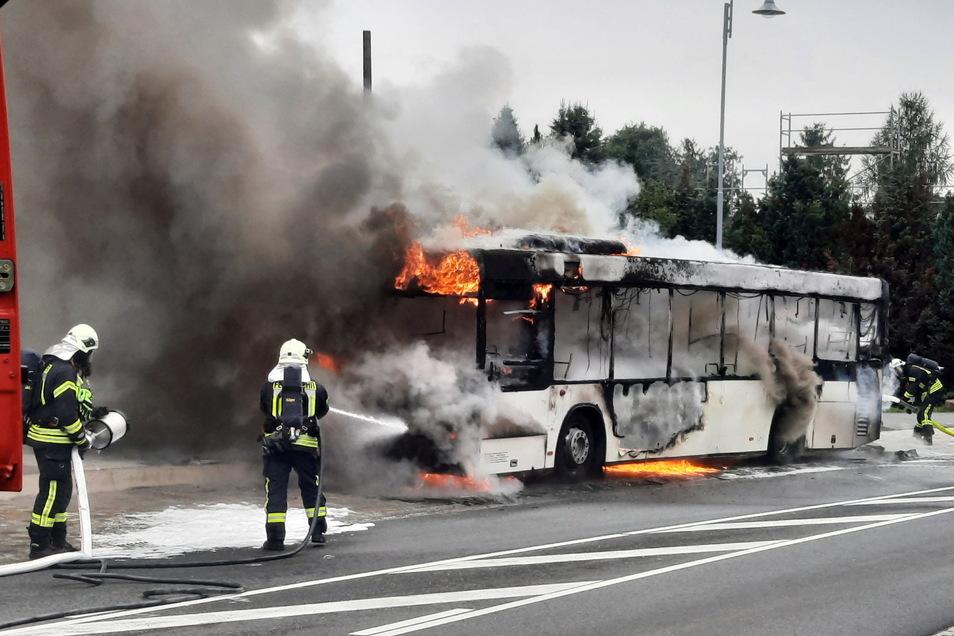 Nachdem der Busfahrer und drei Insassen Brandgeruch bemerkt hatten, stellte der Fahrer den Bus an der Haltestelle Rammenau-Feldschlösschen ab. Dort ging das Fahrzeug in Flammen auf.