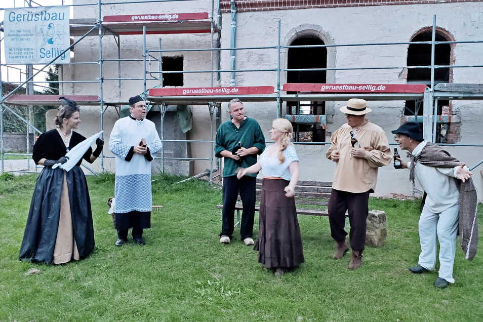 Vor der Canitzer Kirche fand am Montag eine Generalprobe mit Mitwirkenden der Mondscheinführung statt. Thema der Szene: eine neue Orgel für die Kirche.