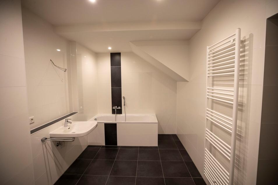 Blick in eines der Badezimmer, die alle komplett gefliest und recht groß sind.
