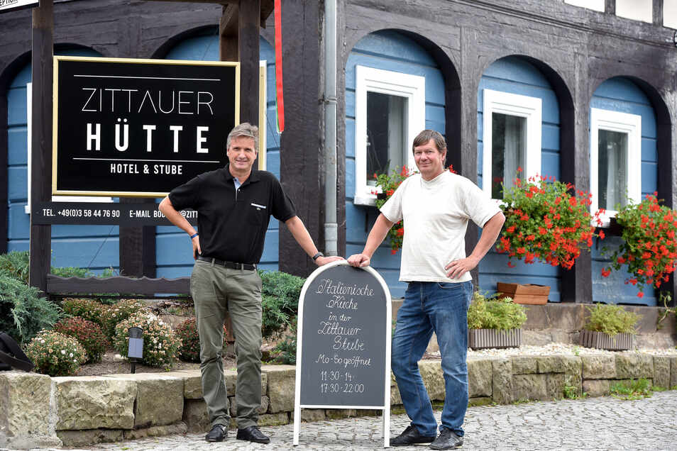 Matthias Haupt (links) und Thomas Schmid vor der Zittauer Hütte in Jonsdorf.
