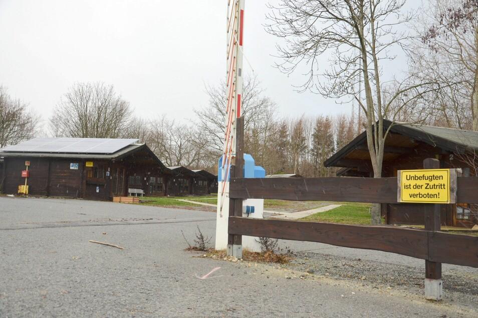 """Die ehemalige Asylunterkunft an der B 6 bei Reichenbach steht seit Langem leer. Die Bungalows sollen verkauft werden. Das ehemalige """"Motel Schlesierland"""" ist winterfest gemacht worden. Es soll verkauft werden."""