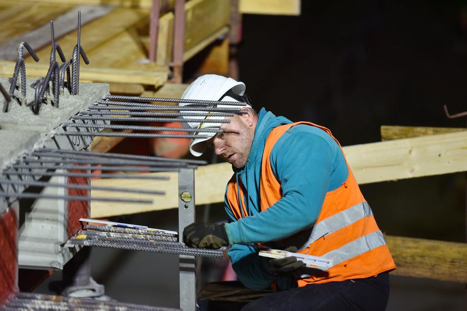 Nachtschicht: In der Nacht zum Dienstag haben Arbeiter die Brückenteile am Salzweg montiert.