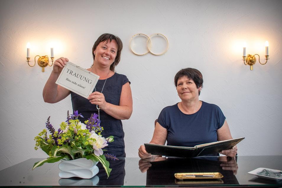 Jeannine Rasser (links) ist die neue Standesbeamtin für Waldheim. Brigitte Voss geht in den Ruhestand. Sie freut sich, dass sie jetzt mehr Zeit für ihre vier Enkel und ihre Hobbys hat.