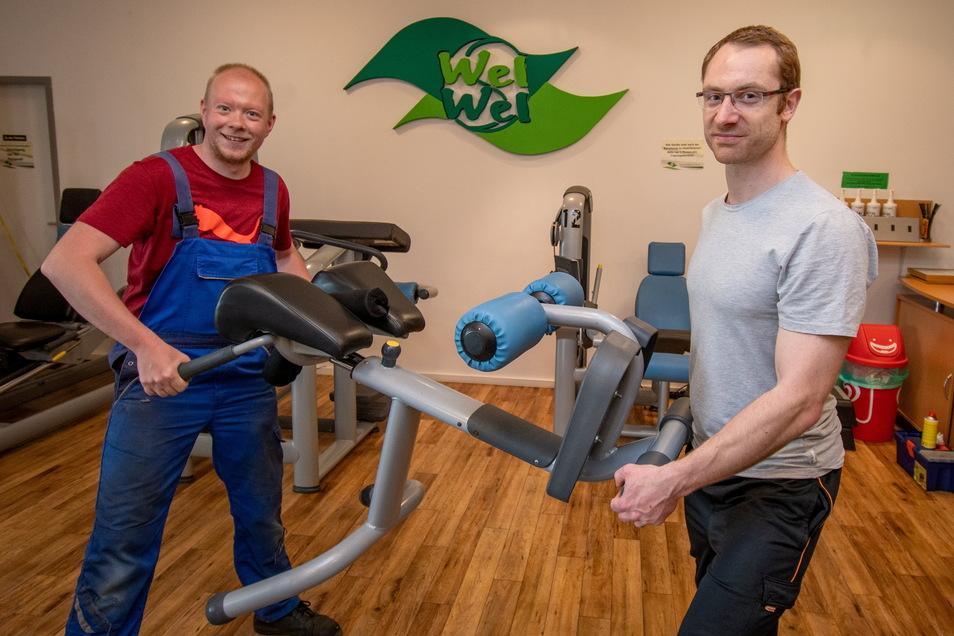 Kay Drewuschewski (links) und Robert Nikolaus haben im Fitnessstudio des Welwel Döbeln die Geräte umgestellt. Damit können die erforderlichen Abstände eingehalten werden.