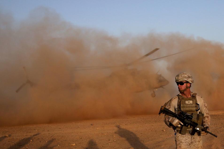 Ein US-Marinesoldat nimmt am Militärstützpunkt Shorab in der Provinz Helmand an einem Militär-Manöver mit der afghanischen Armee teil.