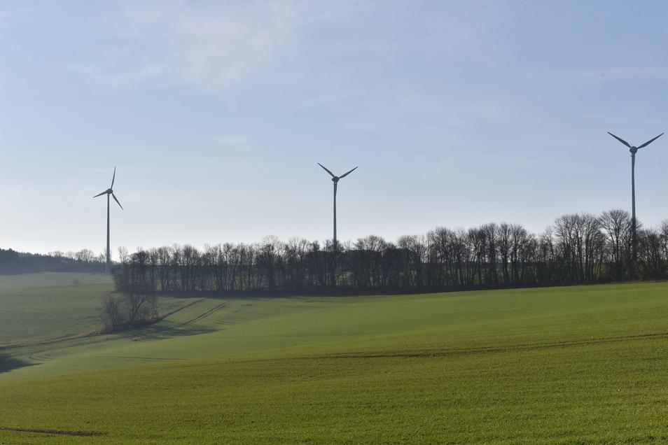 Hier auf dieser Wiese bei Sadisdorf sieht der Regionalplan neue Standorte für Windkraftwerke vor. Im Hintergrund stehen alte Anlagen bei Hennersdorf.