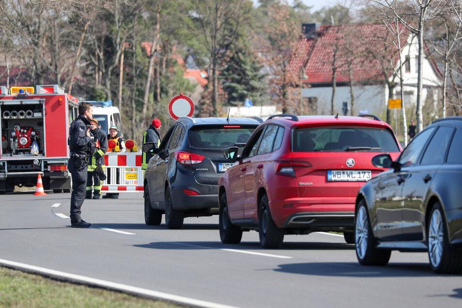 Ein Polizist kontrolliert ein Auto an einer Straßensperre am Ortseingang von Jessen. Seit Donnerstag, 7.00 Uhr, bis mindestens zum 10. April sind Schweinitz und Jessen von der Außenwelt abgeriegelt.