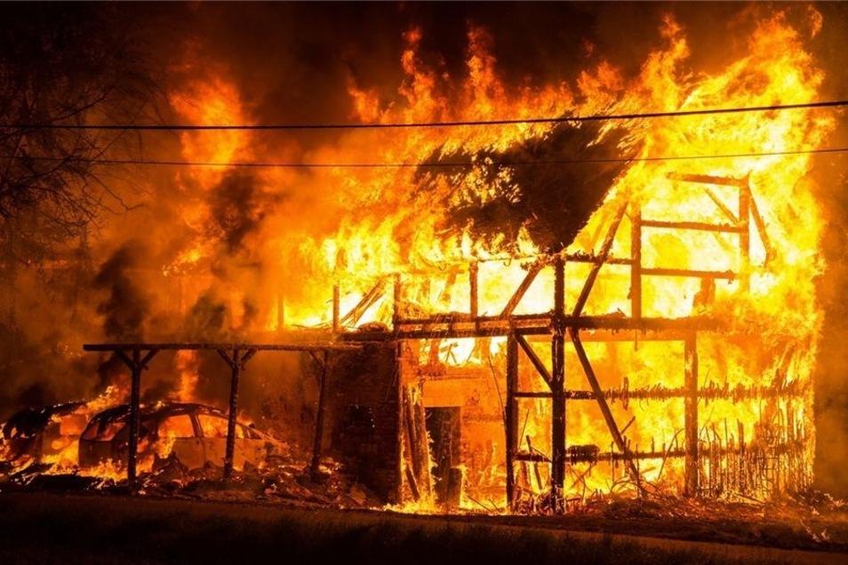 Scheune, Carport und zwei Pkws waren nicht mehr zu retten, als es auf dem Grundstück der Familie Thoms in Rammenau in der Nacht zum 14. August brannte. Das Wohnhaus wurde schwer beschädigt. In diesem Fall dauern die Ermittlungen der Kriminalpolizei noch a