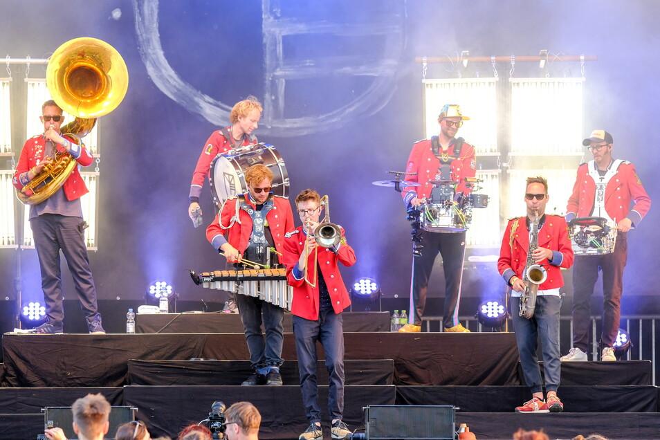 Innovativer Start in die Festivalsaison: Die Hamburger Techno-Marching-Band Meute verbindet Blasmusik mit elektronischen Beats.