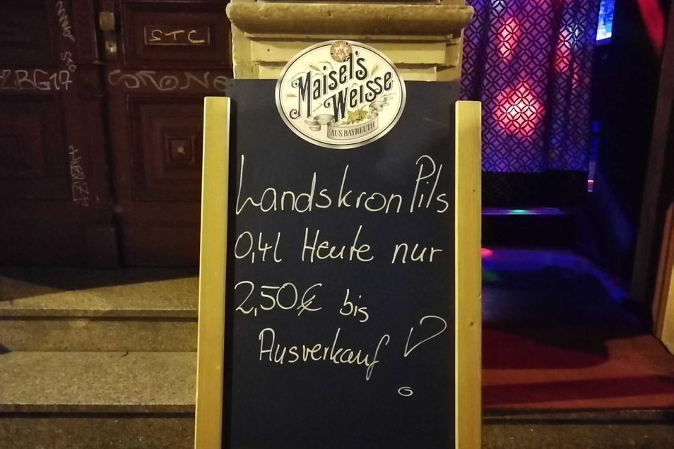 """Auf den Tafeln vor den Bars versprechen viele Schriftzüge, dass """"ausgetrunken"""" wird. Manche bieten ihre Drinks auch billiger an, um keine Reste wegzuwerfen."""