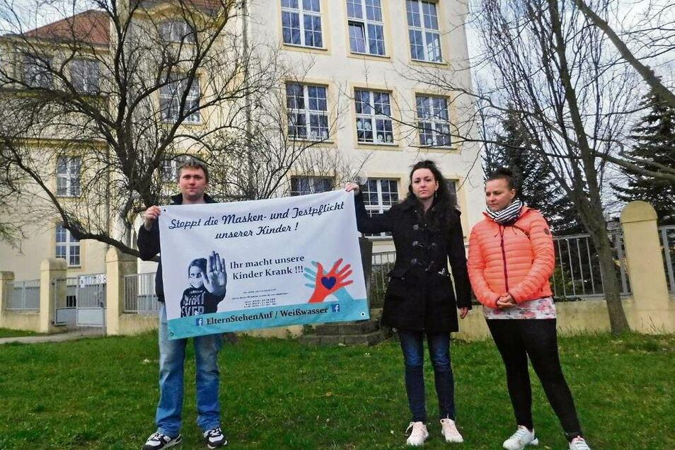 Marcel Schwertle, Kati Gombos und Daniela Knaack gehören zu den Aktiven der von Eltern gestarteten Protestaktion in Weißwasser. Alle Eltern eint ein Ziel: Ein Ende der Test- und Maskenpflicht an Schulen – aus Sorge um die Folgen für die Gesundheit ihr