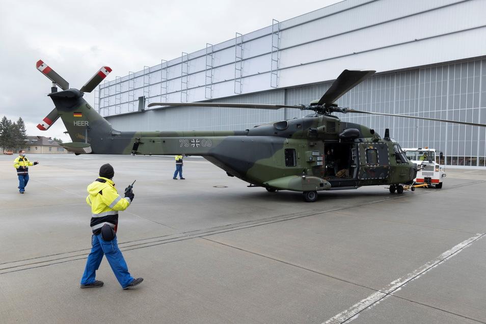 Ein NH-90 wird zur Wartung in den Hangar geschleppt.