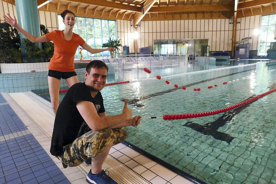 Die Auszubildende zur Fachangestellten für Bäderbetriebe, Sinead Kieseler, freut sich wie auch Martin Hepper, leitender Schwimmmeister, dass es wieder losgeht.