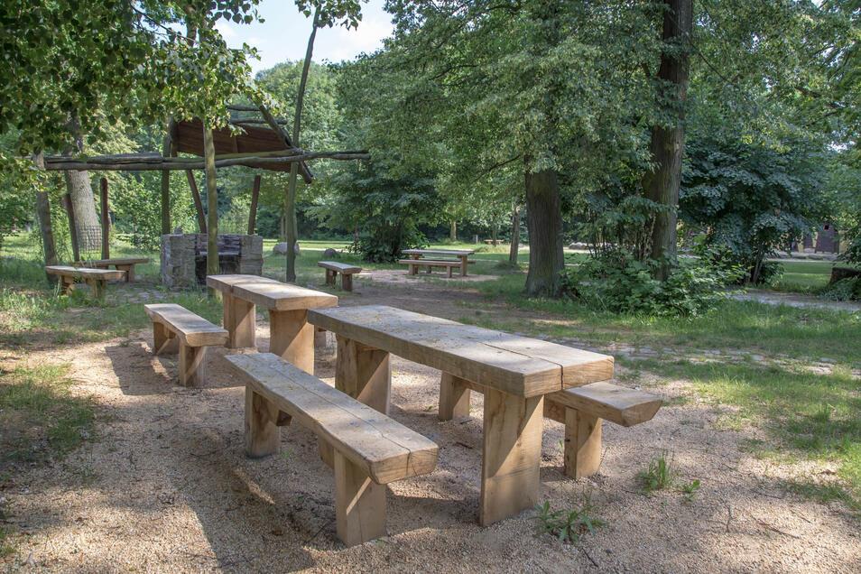 Auf dem Knax-Spielplatz in Sproitz gibt es neue Bänke und Tische. Das Holz stammt aus dem Gemeindewald und ein Zimmerer hat es verarbeitet.