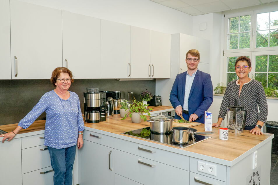 Lange geplant, jetzt ist sie da: Die Küche im Bautzener Schiller-Gymnasium wurde vom Förderverein der Schule angeschafft. Monika Hähle, Markus Gießler und Ina Raith vom Vorstand zeigen sie voller Stolz.