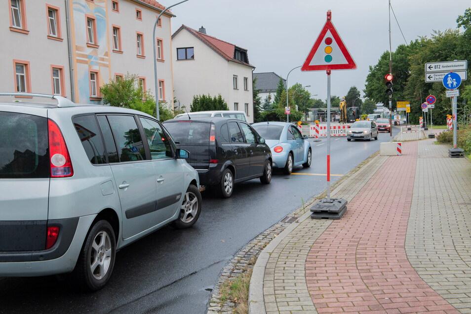 Ohne Warten geht es nicht: Viel Geduld brauchen Verkehrsteilnehmer dieser Tage nicht nur auf der Weßnitzer Straße. Auch auf vielen anderen Straßen in Großenhain wird momentan gebuddelt.