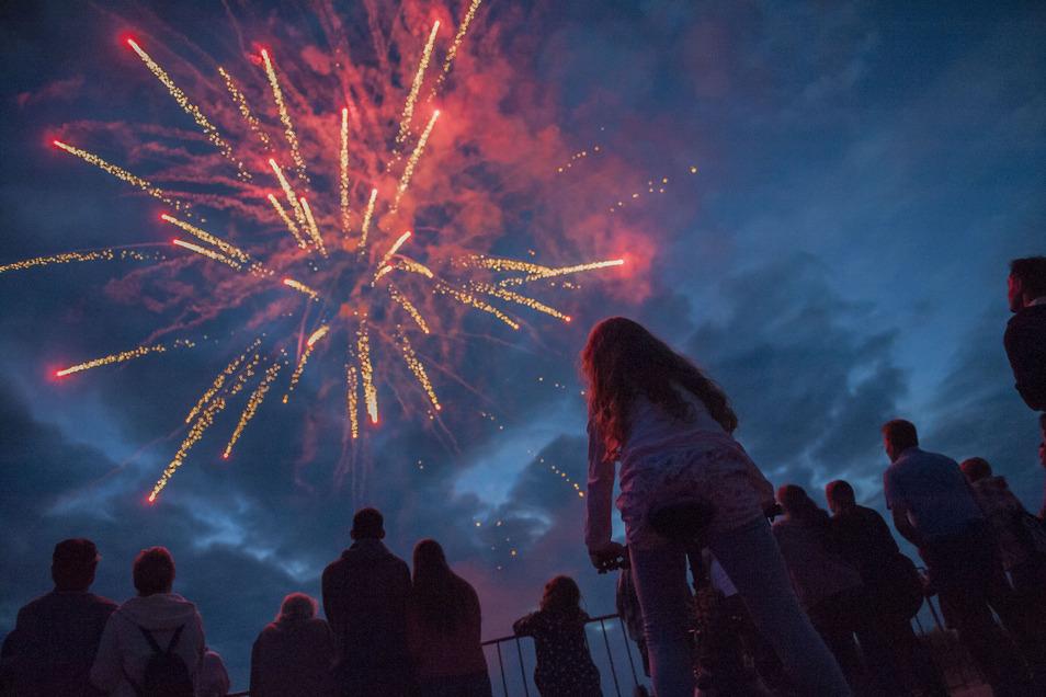 So schön kann Feuerwerk sein - hier beim Großenhainer Flugplatzfest. Doch nach den Schäden zum Jahreswechsel werden Stimmen laut, so etwas in Großenhain zu verbieten.