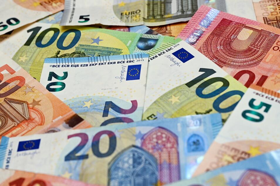 Eine höhere Inflation schwächt die Kaufkraft von Verbrauchern, weil sie sich für einen Euro dann weniger kaufen können als zuvor.