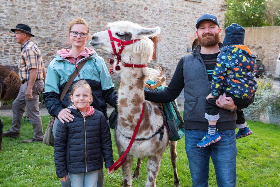 Bereit für eine Lama-Wanderung: Silvia Pawlaßek (l.) und Tochter Annabell (l.); Thomas Koßlitz (r.) und Sohn Konztatin mit Lama Ronja.