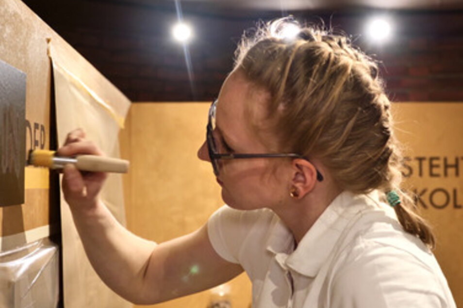 Franziska Giese beim Schablonieren - einer der aufwendigsten Teile ihrer Aufgabe beim Landesleistungswettbewerb der Maler und Lackierer: die Gestaltung eines Cafés.
