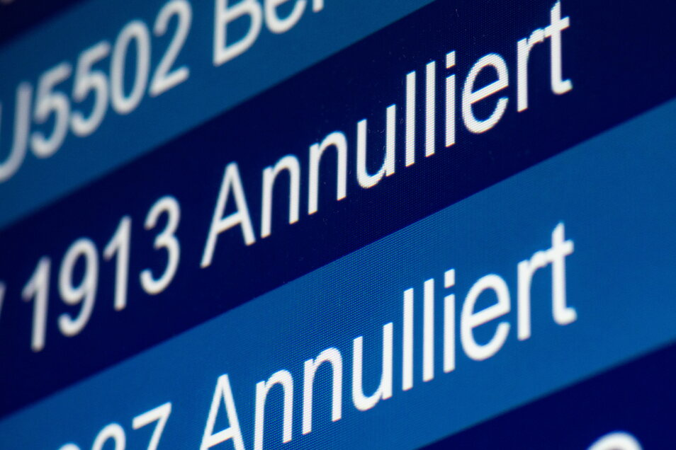 """""""Annulliert"""" steht auf einer Anzeige im Flughafen für zwei Flüge."""