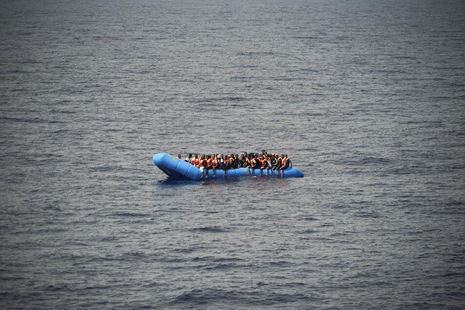Laut internationalem Seerecht müssen in Seenot geratene Menschen gerettet und in einen Hafen gebracht werden.