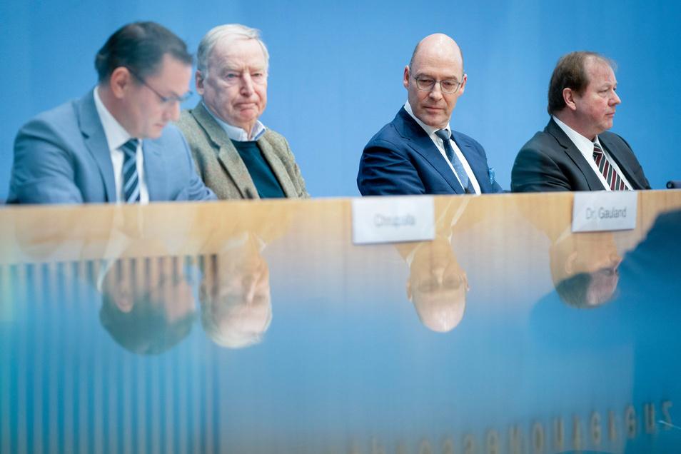Tino Chrupalla (l-r), AfD-Bundessprecher, Alexander Gauland, Fraktionsvorsitzender der AfD, Alexander Wolf, AfD-Fraktionsvorsitzender in der Hamburger Bürgerschaft, und Dirk Nockemann, AfD-Spitzenkandidat für die Bürgerschaftswahl, am Montag in Berlin.