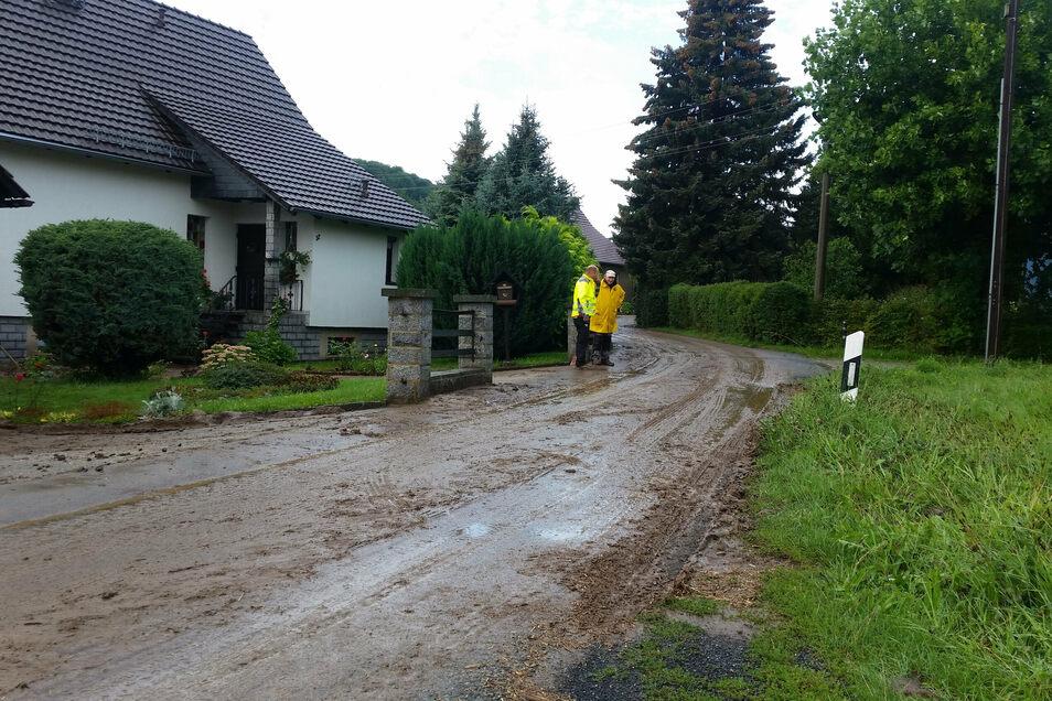 Eine Schlammlawine hat sich in der Nacht zum Montag über die gesamte Straße am Langen Garten in Oderwitz ergossen. Am Morgen danach hieß es Großreinemachen.