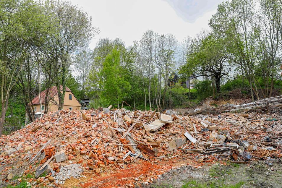 """Nur noch ein Haufen Schutt: Der """"Gasthof Altlöbau"""" an der Seltenrein wurde vor Kurzem überraschend abgerissen."""