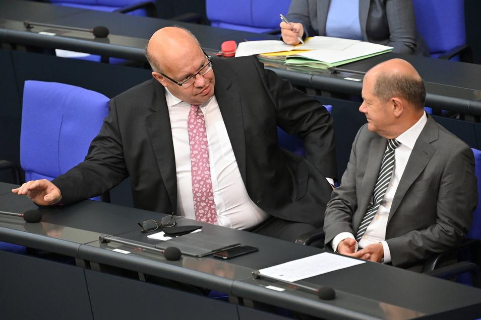 Bundesfinanzminister Olaf Scholz (SPD, r) spricht mit Bundeswirtschaftsminister Peter Altmaier (CDU)