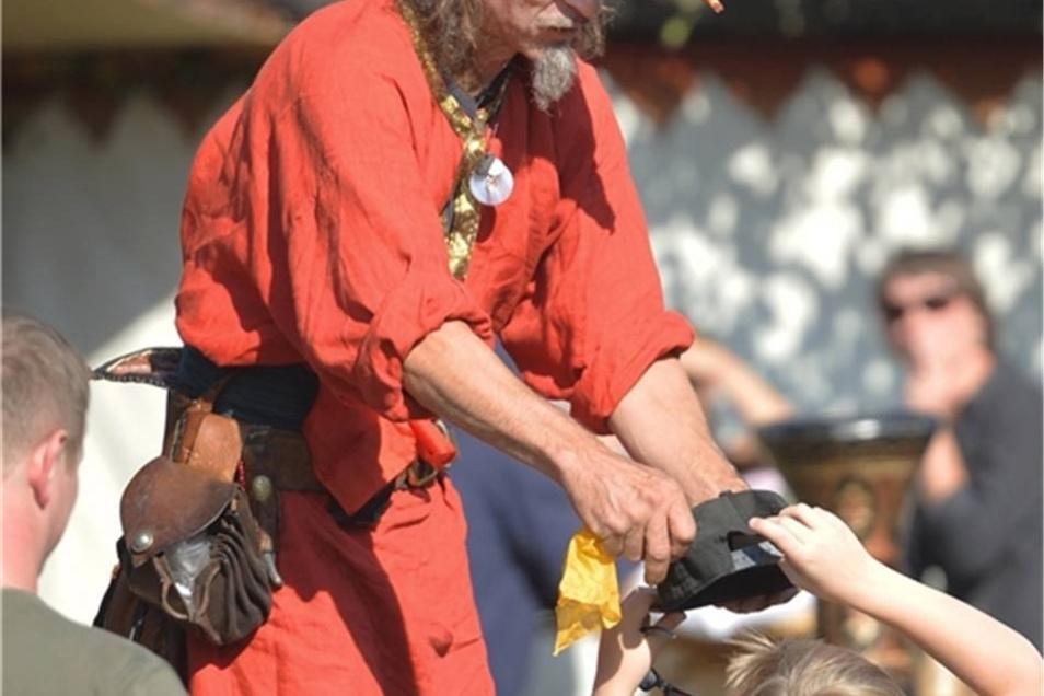 Begeisterte auch die Kleinen: Der Gaukler Hummel auf dem Mittelaltermarkt.