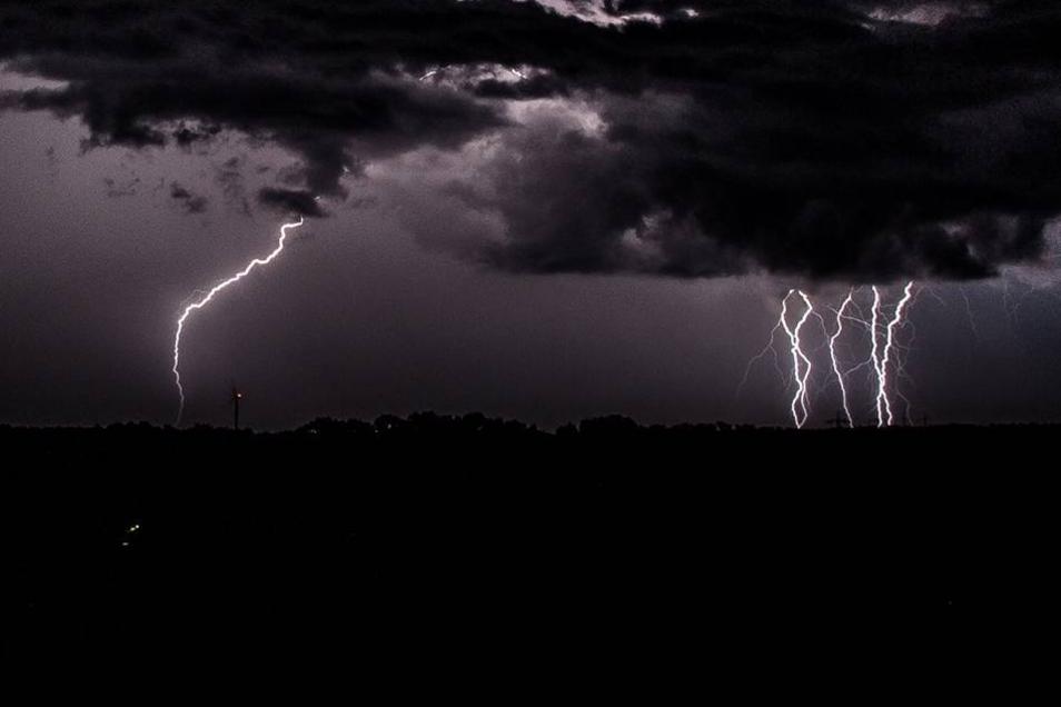 Unwetter im Landkreis: Blitze über dem Burkauer Land.