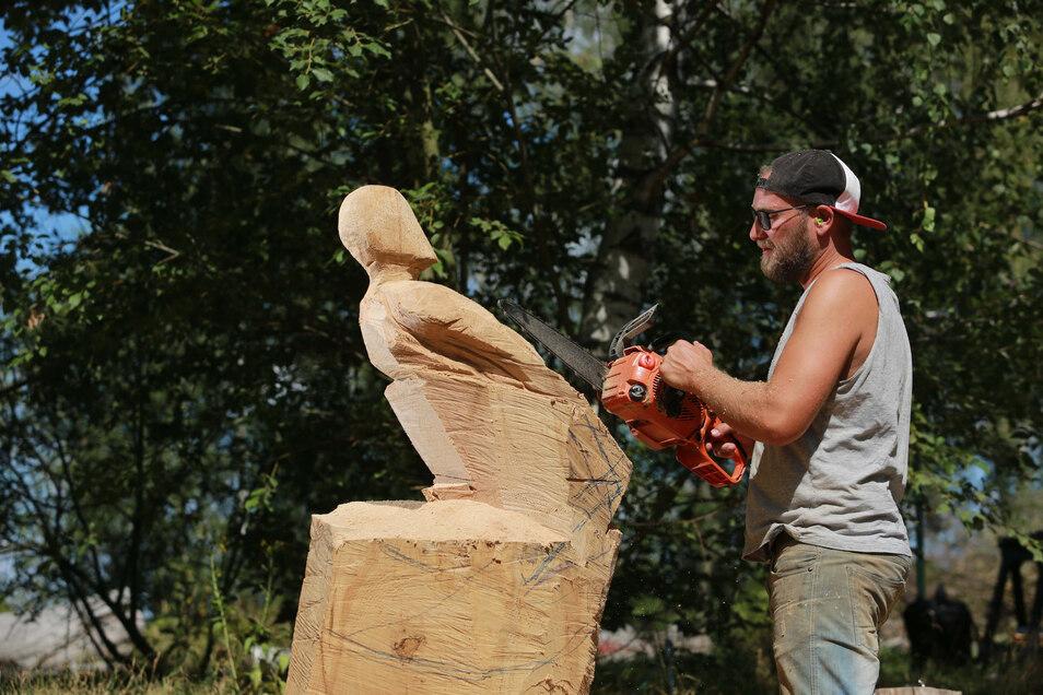 Der Nebelschützer Gabriel Zschornak ist nicht zum ersten Mal am Krabatstein zugange. Er schafft eine Holzfigur, ein Kind, das die Enkeltauglichkeit seines Heimatortes symbolisieren soll,