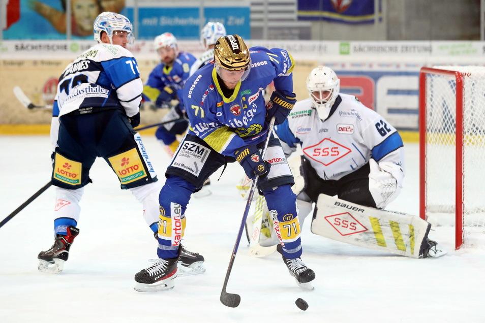 Clarke Breitkreuz (blaues Trikot vorn) rettete die Lausitzer Füchse mit seinem Treffer in die Verlängerung.