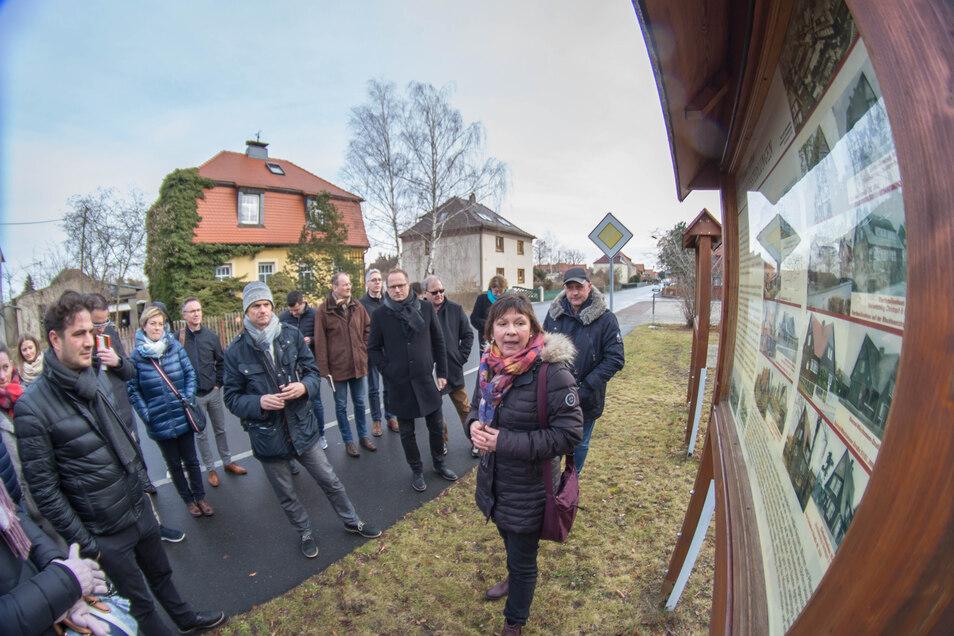 Museumsleiterin Eva-Maria Bergmann führt die Verkaufsberater von Schwörer-Haus durch die Nieskyer Holzhaussiedlung.