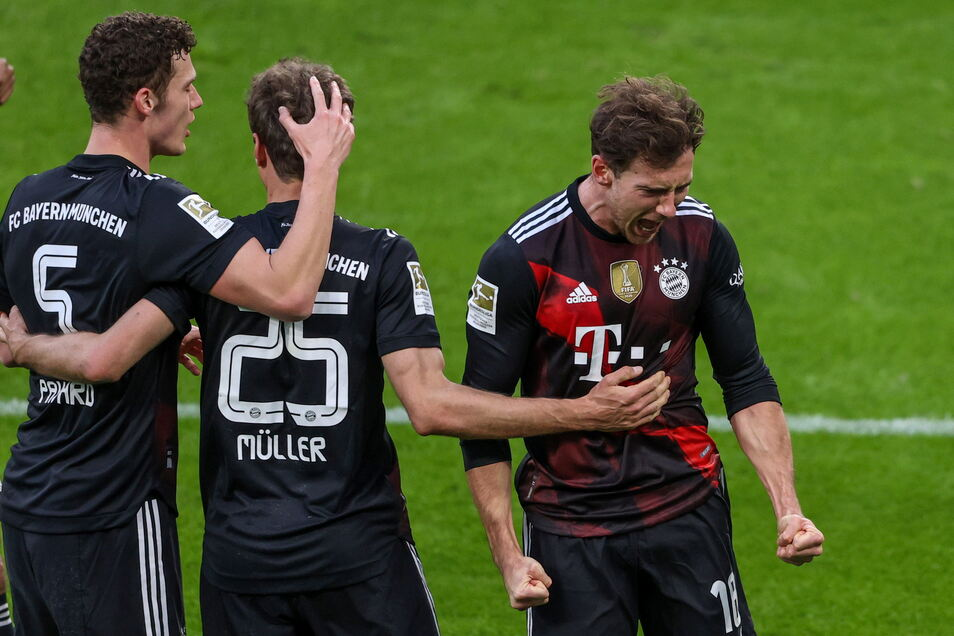 Leon Goretzka (rechts) jubelt über sein Tor, das das Spitzenspiel entschieden hat. Mit 1:0 gewinnen die Bayern in Leipzig.