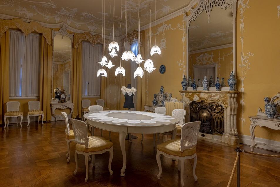 Der Designer Hermann August Weizenegger entwickelte ein Spitzenmuster, das industriell als Platzdeckchen, Lampenschirm oder Kragen hergestellt werden kann.