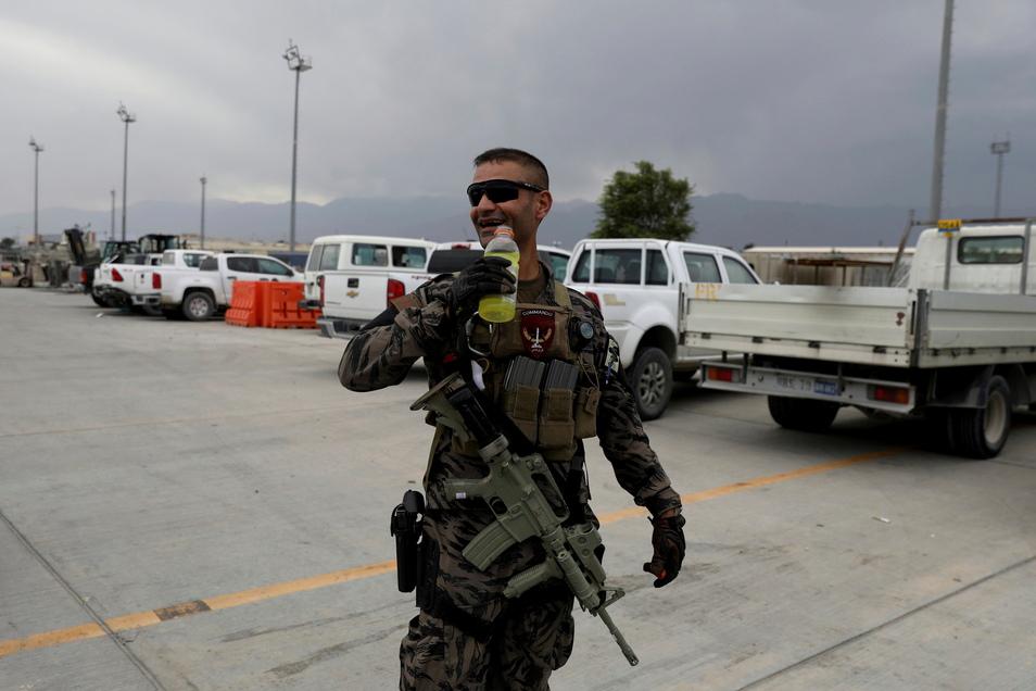 Ein Soldat der afghanischen Armee geht über das Gelände des Luftwaffenstützpunktes Bagram. Nach fast 20 Jahren haben US-Soldaten und Koalitionstruppen die Luftwaffenbasis Bagram in Afghanistan verlassen.