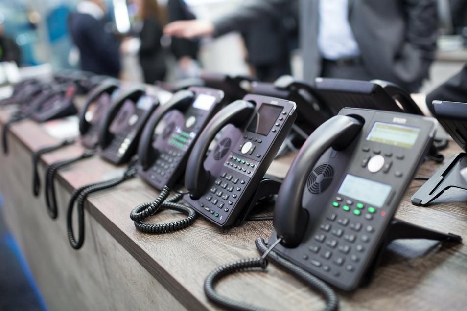 In Technikläden gibt es immer noch eine reiche Auswahl an Festnetztelefonen, die jede Menge können. Foto: F. Schuh/dpa